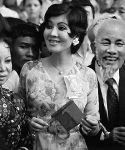 Bọn trở mặt cầm cờ Giải Phóng đi đón quân cướp nước sáng Ngày 5 Tháng 5, 1975.