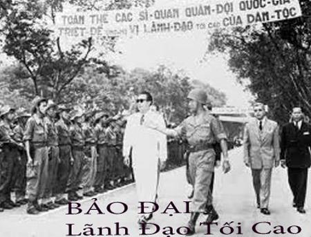 Thiếu Tướng Nguyễn Văn Hinh đưa Quốc Trưởng Bảo Đại đi duyệt binh ở Hà Nội năm 1950. QT Bảo Đại; y phục trắng, kính đen to bản, giầy 2 mầu, thường gọi là giầy đơ cu-lơ, đóng ở Pháp.