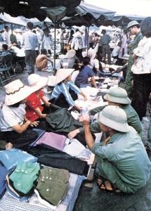 Chợ Trời Sài Gòn năm 1976. Bán đồ toàn những người ta. Mua đồ thì rặt những Ma cùng Mường.